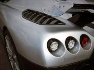 Koenigsegg CCXR Trevita, e para makinë e bërë me fibër karboni të bardhë, që shkëlqen si diamant.